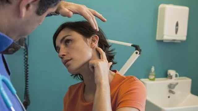 mulher com dor no ouvido