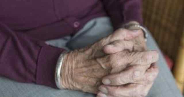mãos de uma mulher idosa