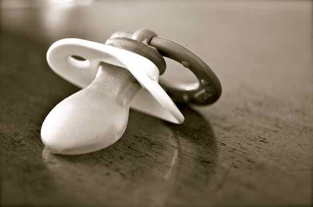 close de uma chupeta em preto e branco