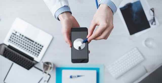 doutor checando os batimentos de um celular