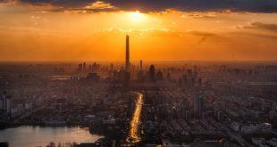 sol incidindo sobre a cidade