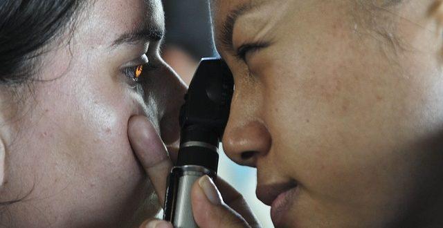 medico fazendo exame nos olhos
