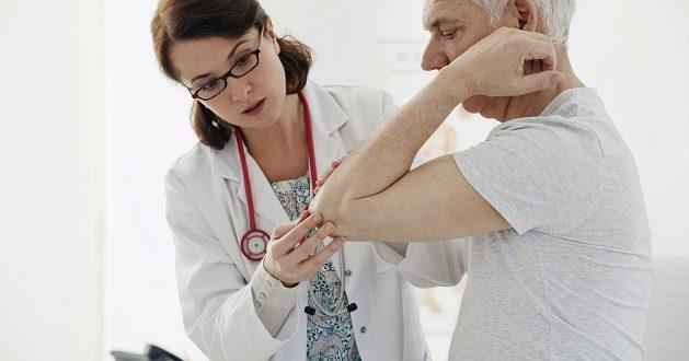 medica examinando paciente idoso