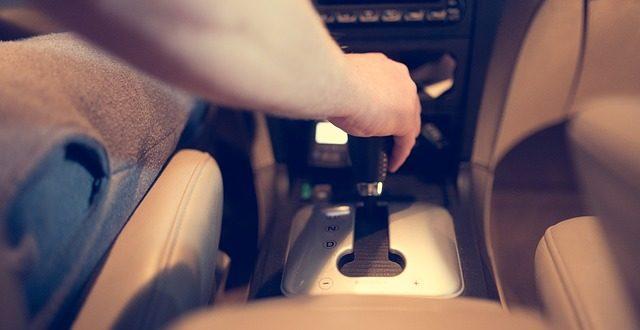 homem dirigindo um carro