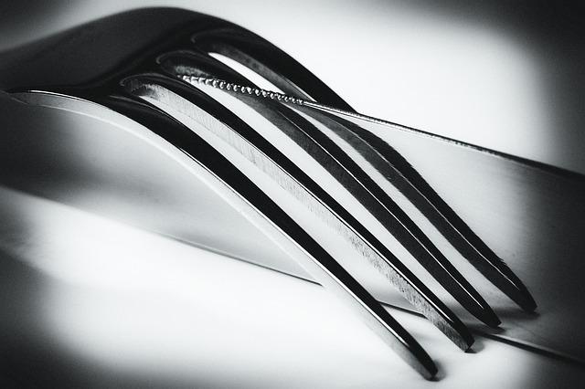 garfo e faca em preto e branco