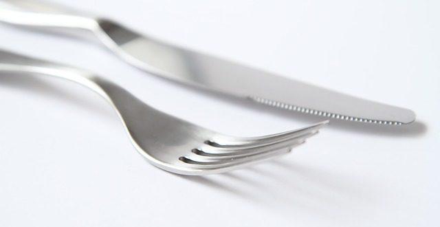 garfo e faca em cima da mesa