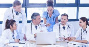 equipe médica tendo debate
