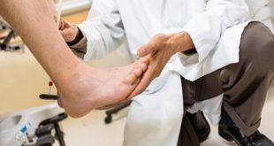 médico examinando pé do paciente com osteomielite