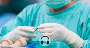 médico cirurgião se preparando para fazer uma traqueostomia