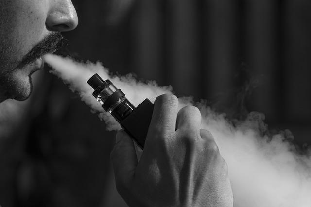homem fumando um cigarro eletrônico, vape