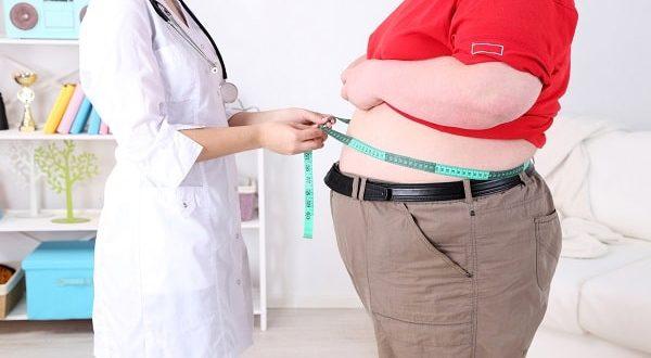 médico medindo circunferência do paciente com obesidade