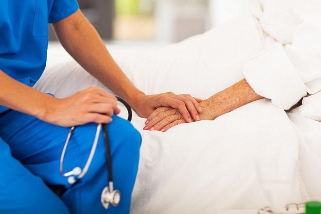 médico comunicando notícias difíceis ao paciente