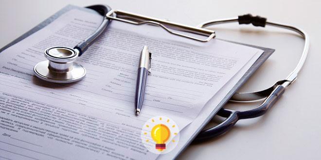 prancheta médica de paciente com hanseníase, em cima da mesa, com estetoscópio