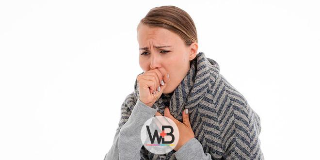 mulher com sintomas de resfriado, como tosse