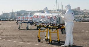 médicos transferindo pacientes com ebola