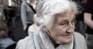 senhora com Alzheimer andando na rua