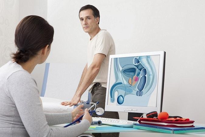 homem em consulta diagnosticado com câncer de testículo