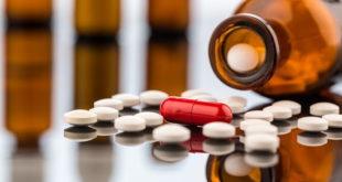 medicamentos jogados em uma mesa para câncer de endométrio