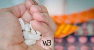 mão segurando medicamentos antidepressivos