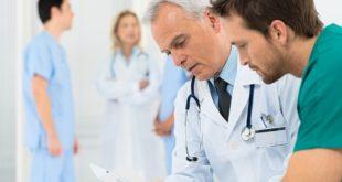 médicos conversando sobre pacientes, no dia do médico