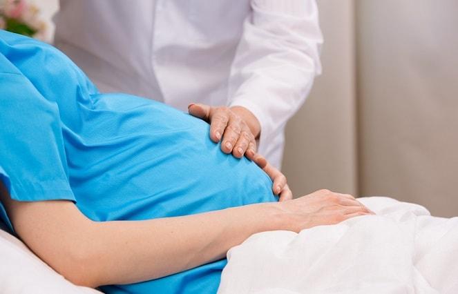 grávida sendo atendida por médico, que prescreveu ondansetrona