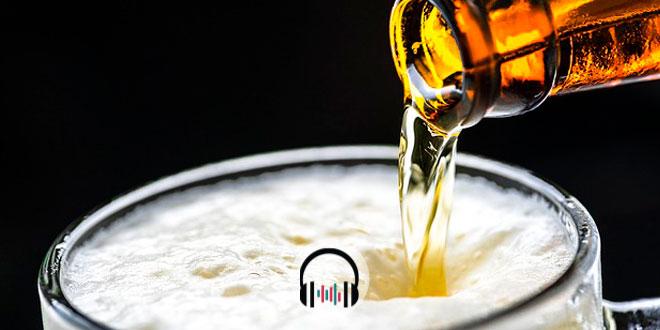cerveja sendo colocada em um copo, síndrome alcoólica fetal