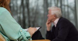 terapeuta tratando paciente com estresse pós-catástrofe