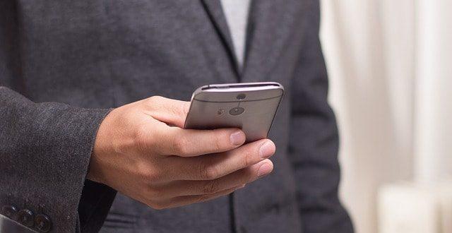 homem usando celular para controle de glicemia