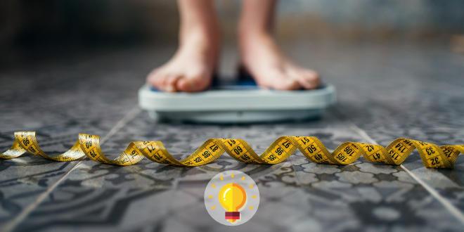 jovem com anorexia se pesando na balança