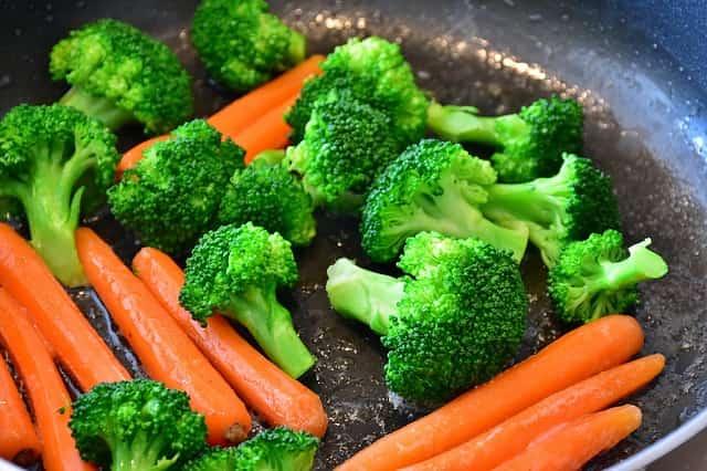 panela com brócolis e cenouras para dieta vegana