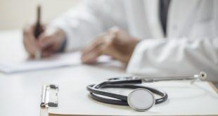 médico prescrevendo para paciente com capsulite adesiva