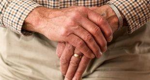 mãos de idoso que apresenta sarcopenia