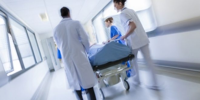 paciente com sepse sendo levado para UTI