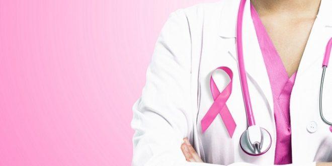 médica com símbolo do outubro rosa