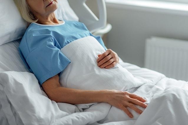 mulher internada em quarto particular para evitar bactérias multirresistentes