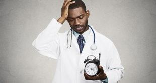 médico não pensando em seu bem-estar e tendo um burnout