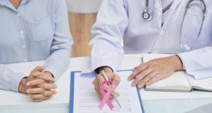 médico atendendo mulher com câncer de mama