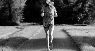 mulher praticando exercício físico