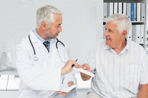 médico atendendo paciente idoso com sarcopenia