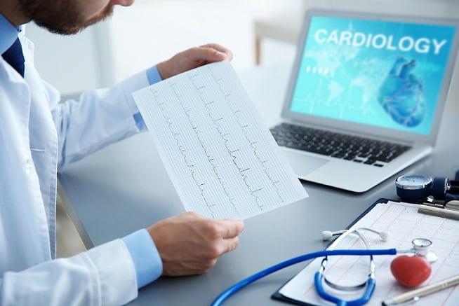 médico avaliando reabilitação cardíaca de paciente