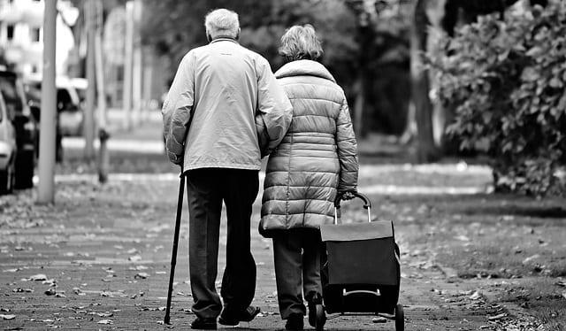 idosos com hiv andando na rua