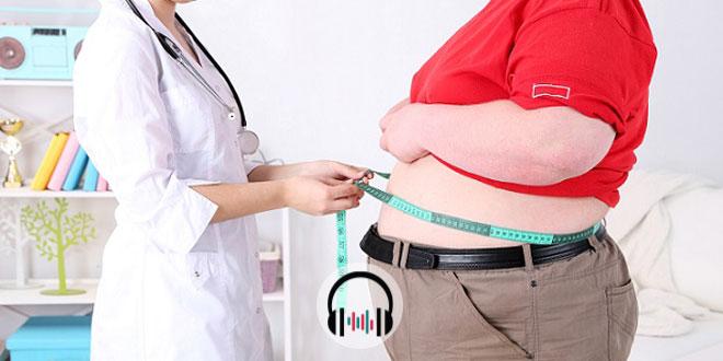 médico consultando paciente com obesidade