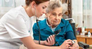 médica aferindo pressão de idosa com hipertensão arterial