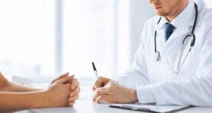 médico tomando notas com paciente com condiloma plano