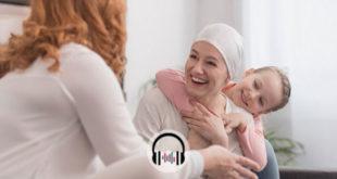 mulher com câncer de mama sorrindo na campanha outubro rosa