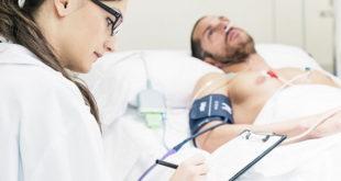 homem jovem com hipertensão sendo examinado por médica