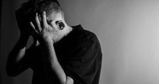 homem com as mãos na cabeça sofrendo depressão