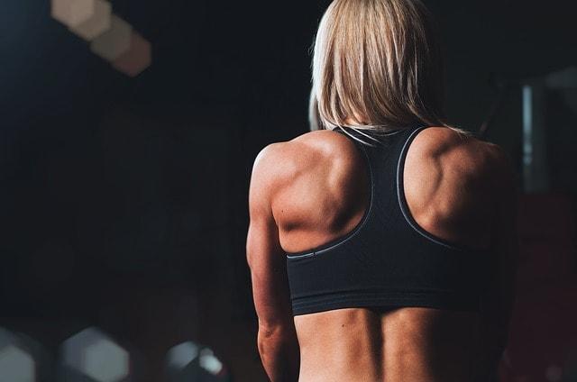 costas musculosas de mulher com síndrome de overtraining