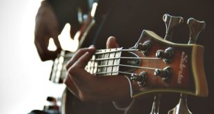 mãos de um homem rocando guitarra em arteterapia