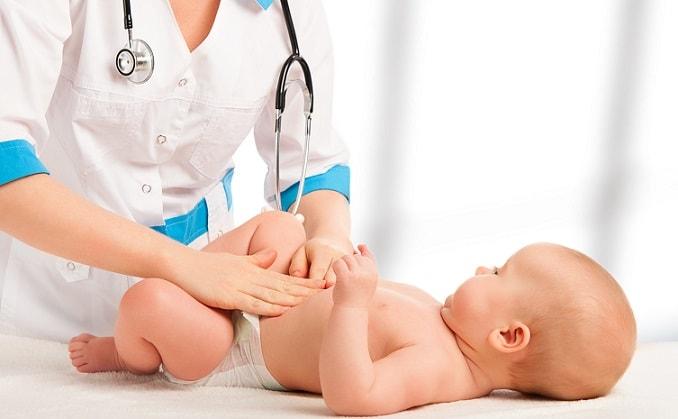 médica examinando bebê com conjuntivite neonatal por clamídia